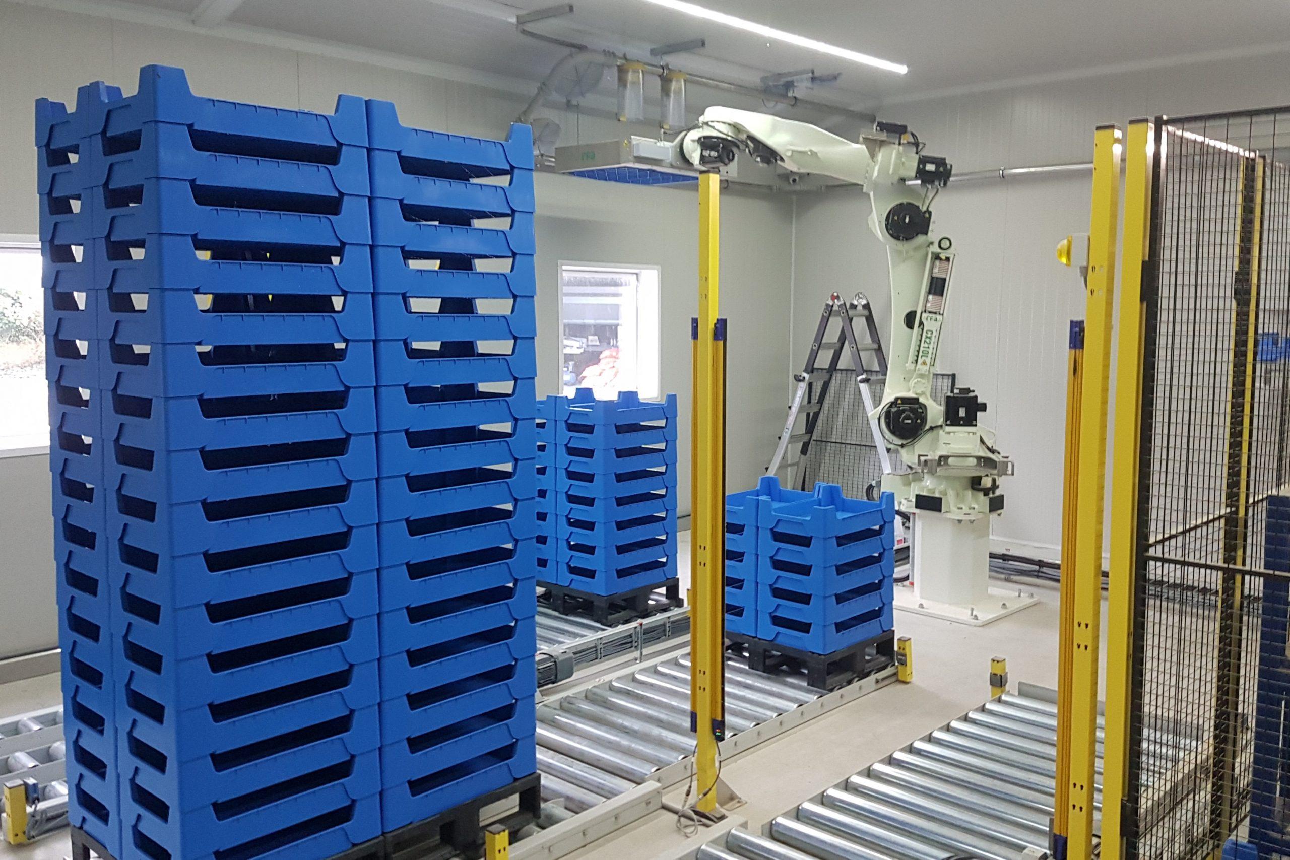 RFA Kawasaki CX210LFE02 robot voert de meelwormen in de kratten